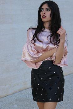 Falda Negra de Cuero con Tachuelas #motufashion #motufashionmoda #tiendaonline #faldas #falda #cuero #tachuelas Floral, Casual, Skirts, Pink, Black, Style, Fashion, Pencil Skirt Black, Pencil Skirts
