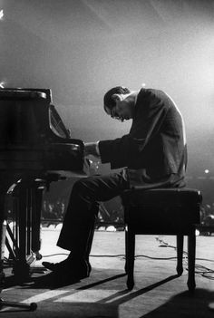 Bill Evans - the Master: I always remember seeing him in this position at the piano! Jazz Cat, Jazz Artists, Jazz Musicians, Sound Of Music, My Music, Inspirer Les Gens, Saint Victor, Bill Evans, John Evans