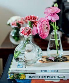 Recipientes reutilizados, como vidros de perfume, são ótimos para pequenos raminhos de flores de corte