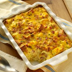 Brunch Strata Pieces of New York Brand® Texas Garlic Toast form the bottom layer of this make-ahead strata that also calls for eggs, ham, cheese, parsley, thyme and hot sauce. From Marzetti Kitchens℠. Strata Recipes, Brunch Recipes, Breakfast Recipes, Brunch Foods, Brunch Ideas, Dinner Ideas, Brunch Party, Easter Brunch, Brunch Menu