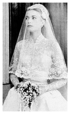 1956 - Grace Kelly& bridal gown, created by Helen Rose - designed with 25 yards of silk peau de soie, 100 yards of silk net, museum purchased rose point lace, and thousands of tiny pearls were sewn on her veil Helen Rose, Vestidos Kate Middleton, Kate Middleton Dress, Old Wedding Photos, Wedding Ideas, Wedding Inspiration, Wedding Themes, Wedding Pictures, Wedding Blog
