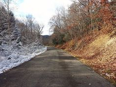 на одну сторону дороги пришла зима, на другой еще осень