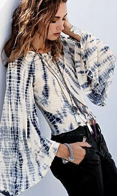 Romantic bell sleeves, with a tie dye effect that would be too complicated for a real hippie to make. Estilo Hippie, Boho Hippie, Hippie Style, Bohemian Style, Mode Style, Style Me, Shibori, Look Chic, Look Fashion
