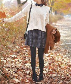 Wenn es kühler ist und du ein Kleid mit Bubikragen hast - trag einen einfarbigen Pulli darüber und lass den Bubikragen herausschauen. Sieht süß aus!   Stylefeed