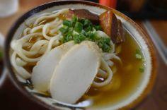 ☆岸本食堂☆ 本部町のまん中にある岸本食堂。 いつも行列ができるおいしい沖縄そばのお店! 太目の手打麺にしっかりと出汁のきいた スープが特徴です。その味を求めて、有名人も 多く来店!! 美ら海水族館から車で約15分位の所にあるので 北部にドライブに行かれる際は是非! ドライブ前にオートバックスでクルマの メンテナンスもおすすめですよ〜(^▽^)♩