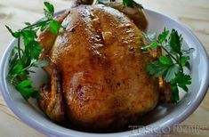 A csirkét alaposan kenjük be vajjal majd sózzuk, borsozzuk és finoman cukrozzuk be. Tegyük a hűtőbe pár órára. Ezután töltsük be a citrommal, kakukkfűvel és fokhagymával. Előmelegített...