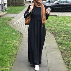 No photo description available. Hijab Style Dress, Casual Hijab Outfit, Hijab Chic, Islamic Fashion, Muslim Fashion, Muslim Girls, Muslim Women, Abaya Fashion, Fashion Dresses
