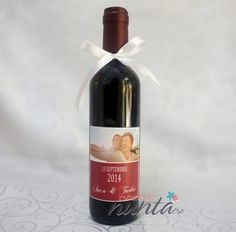 Marturie sticla de vin personalizata cu poza mirilor 375 ml, pentru cei care vor sa ofere o altfel de marturie, in ton cu invitatiile si accesoriile de nunta