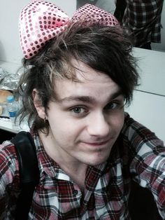 michael with a bow loolz -adorable-♥