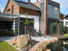 Haus Sandweg • Fertighaus von Holzhaus Rosskopf • Modernes Energiesparhaus mit großzügiger Verglasung und schönem Galeriebereich auf 146 qm Wohnfläche. Jetzt bei Musterhaus.net informieren!