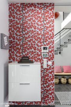 Cette entrée et son papier-peint coloré donnent le ton sur l'esprit de la maison et ses habitants.