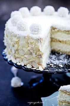 Gâteau Raffaello®️️: Un gâteau crémeux avec Raffaello®️️ et liqueur de noix de coco Dessert Cake Recipes, Best Cake Recipes, Candy Recipes, Cupcake Recipes, Cupcake Cakes, Cupcakes, Rafaelo Cake, Raffaello Cake Recipe, Almond Coconut Cake