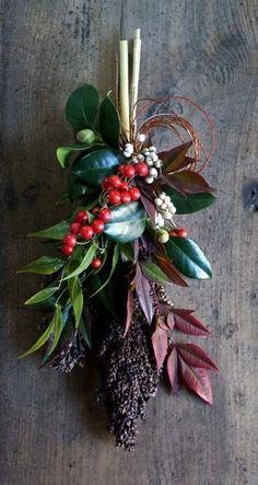 昨日の続き、お正月スワッグの紹介です。松とバンクシアのスワッグ。アワとユリの実のスワッグ。クロキビとサンキライのスワッグ。バンクシアとユリの実のスワッグ。... Christmas Themes, Christmas Wreaths, Christmas Crafts, Christmas Decorations, Christmas Ornaments, Dried Flower Wreaths, Dried Flowers, Flower Boquet, Bouquet