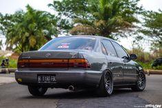 Cowo ber-behel yang masih berusia 18 tahun ini mungkin masih bisa dibilang entry level banget di modifikasi Stance yang lagi marak belakangan, namun semangatnya boleh diacungi jempol khususnya dengan hasil racikan pada Toyota Corolla tahun 1993-nya.