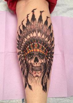tattoo an der wade, bein tattoo, schaedel, indiander motive, tattoo ideen fuer maenner