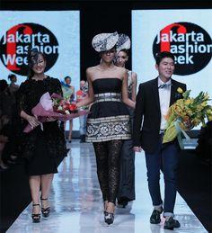 fig.: The photo shows designer Sebastian Gunawan (on the picture right) on the catwalk during the defilee at Jakarta Fashion Week 2013 on 3 November 2012. Photo: Irvan Arryawan/Feminagroup.