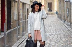 Coralie du blog Elles en parlent porte un manteau gris magnifique de chez MY TOKKI