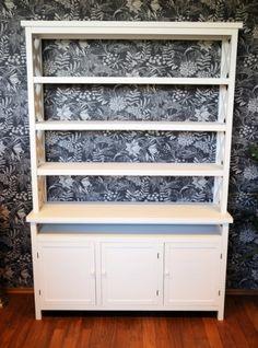 Nydelig hvitmalt bokhylle i vår nye Casa møbelserie.Møblene i denne serien lyser opp og gir en hjemmekoselig atmosfære. Hyllen gir rikelig med…
