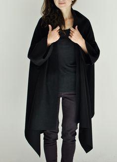 Capes & Ponchos - schwarzer poncho, cape aus wollfilz, offene kanten - ein Designerstück von aempersand bei DaWanda