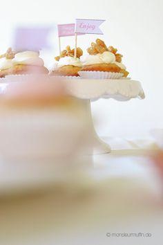 Ein Hochzeit Sweet Table mit wunderbaren Rezepten für Zitronenguglhupf, Bienenstich-Cupcakes, Tiramisu-Cupcakes und Himbeermuffins - süßes Hochzeitsbuffet.