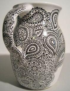 """Un pichet de céramique complètement recouvert de motifs """"paisley"""" réalisés au Zendoodle. On aime!"""