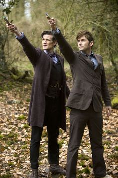 The Eleventh Doctor (Matt Smith) and the Tenth Doctor (David Tennant). (Courtesy photo) -- I loved David Tennant as the Tenth Doctor! The Doctor, Serie Doctor, Eleventh Doctor, Doctor Who Fez, Sherlock, Geronimo, Dr Who, Look Kylie Jenner, Doctor Who Funny