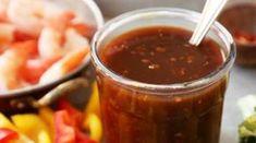Gember knoflook woksaus kun je eenvoudig zelf maken. Het is een fris pittige knoflook saus met een kruidige smaak door de toevoeging van gember. Deze saus past goed bij een wokgerecht met kip, groenten en garnalen. Gember past daarnaast ook erg goed bij de andere ingrediënten van deze roerbaksaus, namelijk sojasaus en honing. De gembergeeft enerzijds een pittig en kruidige smaak en heeft anderzijds ook een frisse, zoetesmaak. Ook knoflook kan een pittige smaak hebben maar door het smoren…