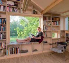 Okná integrovali priamo do interiérového konceptu tak, aby zdynamizovali pomerne prísny geometrický koncept.