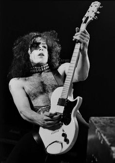 Long Beach Arena Long Beach, CA February 1975 Photo Neil Zlozower Hotter Than Hell Tour Guitar Gibson Midnight Special Kiss Group, Motion Images, Vinnie Vincent, Maid Marian, Kiss Images, Eric Carr, Vintage Kiss, Paul Stanley, Kiss Band