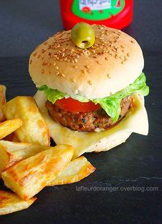 Une envie d'un hamburger ? Pourquoi ne pas le faire soi même ? Un hamburger fait maison sain, équilibré et meilleur que celui du commerce. La recette du pain à hamburger je la tiens de Sherazade, le pain est leger et bien moelleux ! C'est tout simple...