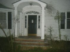 Signs Your House Is Haunted And What To Do About It. Plus A Great Ghost Story. On Halloween night in 1961, this house was the scene of a gruesome triple murder. The body of one of the victims, a 94yr old woman, has NEVER been found, but from the scene found in her bedroom, it was clear that she had indeed been murdered.
