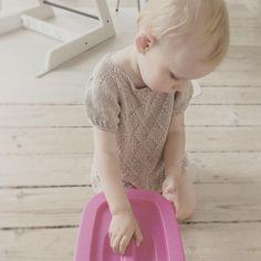 «HARLEKINtop i brug - perfekt til sommeren, der dog lige pt er lidt kold ☀️☔️ #harlekintop #design_by_mettehvitved #striktilbørn #børnestrik #strikk…»