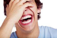 chico que se ríe