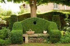 En pleine banlieue parisienne, ce jardin de ville a pour particularité d'être en pente. Une contrainte technique que le paysagiste Hugues Peuvergne a maîtrisée avec brio, en créant différents espaces et des petits sentiers.