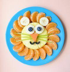 Prato de frutas em formato de leão: gomos de laranja, abacaxi e banana. Divertido e gostoso!