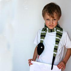 Questa sciarpa animale di serpente a maglia per adulti e bambini è realizzata nei colori bianchi e nero, verdi militari. Per questa morbida sciarpa