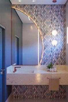 Um ambiente pequeno e reservado pode ser transformado e se tornar um dos grandes destaques da casa, assim como neste lindo lavabo projetado pela arquiteta @arq.gmotta (Instagram), que utilizou a combinação do mix de cores do mosaico com o Pendente Pérola Arco Bronze. Para complementar a iluminação, foram utilizados ainda dois Spots Supimpa acima do espelho. A beleza dos detalhes encanta e proporciona conforto e estilo. Não esquece de salvar esse Pin para se inspirar depois!