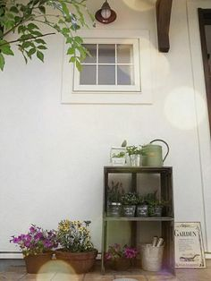 お花を愛してやまない娘。 娘が選んだお花たちや、 お友達にいただいた新築祝いの植物たちを 玄関先にちょっと飾るスペースを設けました。 ぱぁっと華や...
