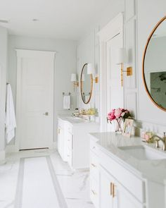 Loving this white + gold amazingness! Also today on the blog lots of lighting sales going on, details + picks on Beckiowens.com. Amazing bathroom design via @houseofjadeinteriors