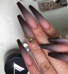 Trendy pink and white nails This is another set of cute pink pointed nails. These nails have several different shades of pink and light white Ongles Kylie Jenner, Solid Color Nails, Light Nails, Pointed Nails, Bridal Nails, Wedding Nails, Rose Wedding, Wedding Makeup, Rose Gold Nails