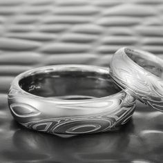 The EDDY & POOLS pattern design of this wide domed men's ring, displays an incredible flow reminiscent of cascading water winding its way through a rocky stream bed. The pattern is sometimes quiet Damascus Wedding Band, Damascus Ring, Damascus Steel, Handmade Wedding Rings, Wedding Ring Designs, Wedding Jewellery Inspiration, Wedding Jewelry, Cascade Water, Ring Displays
