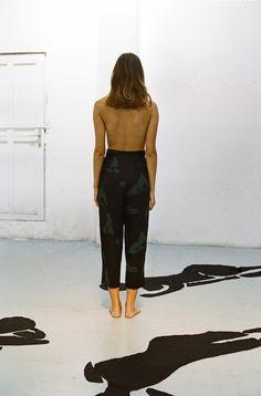 La fascinación por la figura del cuerpo de la mujer invade la cuarta colección de la firma barcelonesa Paloma Wool. Con el lino como tejido central, esta delicadeza se ve reflejada tanto en los estampados de inspiración matissiana, como en las formas de las prendas en las que conviven las líneas básicas características de la …