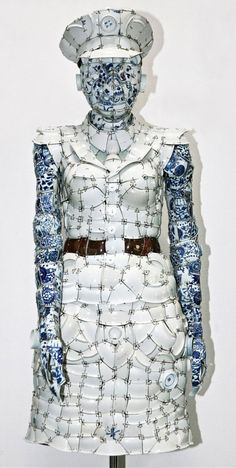The recent Art Hong Kong fair introduced us to the stunning porcelain dress of Beijing artist Li Xiaofeng. Xiaofeng creates clothing from porcelain fragments from the Ming, Qing and Song dynasties and even more amazing are that they are wearable. Chinese Contemporary Art, Contemporary Ceramics, Sculptures Céramiques, Sculpture Art, Asian Sculptures, Ceramic Sculptures, Alexandre Mcqueen, 3d Figures, China Art