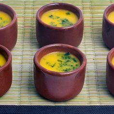 Receita de Caldinho de Abóbora - 2 colheres (sopa) de cebola picada, 2 colheres (sopa) de Óleo de soja, 1 1/2 litros de Água, 500 gr de carcaça de frango, 1...