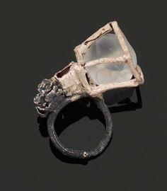 EILY O'CONNELL 2009 PIÈCE UNIQUE BAGUE «Dahlia's Cage» en argent, Silver & Glass
