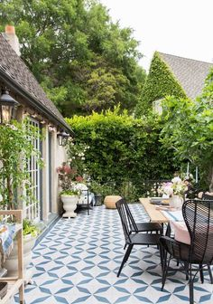 patio dining (and those tiles!)