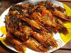 Accompagnez les brochettes de gambas d'alloco, d'attiéké ou même de riz blanc et d'une petite sauce tomate bien pimentée!