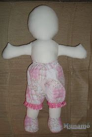 Munamó: Passo a passo de uma boneca de pano Sewing Doll Clothes, Sewing Dolls, Doll Clothes Patterns, Diy Toys Doll, Paper Flower Patterns, Doll Videos, Doll Patterns Free, Homemade Dolls, Baby Doll Accessories