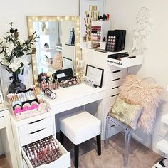 Picking a makeup vanity might be a more difficult task than you think. But believe us, there is nothing impossible with our wise tips. My New Room, My Room, Sala Glam, Rangement Makeup, Make Up Storage, Vanity Room, Glam Room, Makeup Rooms, Beauty Room