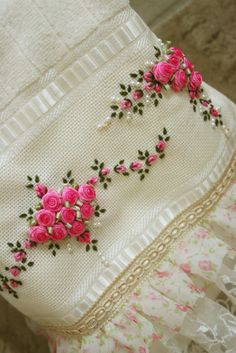 Wonderful Ribbon Embroidery Flowers by Hand Ideas. Enchanting Ribbon Embroidery Flowers by Hand Ideas. Hand Embroidery Flowers, Flower Embroidery Designs, Hand Embroidery Stitches, Silk Ribbon Embroidery, Embroidery Techniques, Embroidery Applique, Embroidery Patterns, Broderie Simple, Brazilian Embroidery